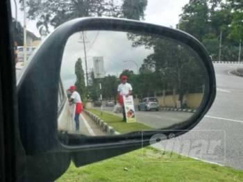 Antara penjaja di lampu isyarat yang sebelum ini aktif bergerak di Kuala Terengganu.