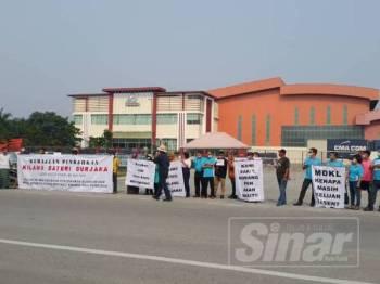 Penduduk membuat bantahan pengoperasian semula kilang bateri di Jenjarom hari ini.