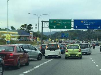 Aliran trafik perlahan di lebuh raya utama pagi ini.-Foto Bernama