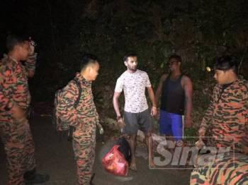 Pasukan bomba berjaya menemui Subash dan Vigneswaran.