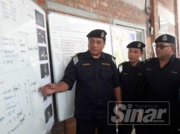 Haris Fadzillah (kiri) pada sidang media Ops SAR dua warga Singapura dilaporkan hilang ketika melakukan aktiviti berkayak Khamis lalu di Jeti Penumpang Penyabong, Endau hari ini.