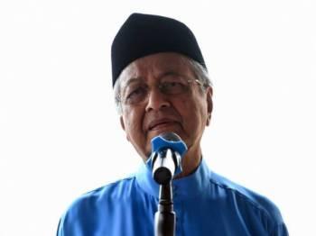 Perdana Menteri Tun Dr Mahathir Mohamad berucap ketika hadir pada Majlis Ramah Mesra Penduduk Kedawang sempena Majlis Korban di Masjid Ar-Rahman Kedawang hari ini. - Foto Bernama