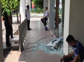 Keadaan di luar premis mesin ATM yang diletupkan awal pagi tadi.