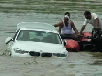 Beberapa individu membantu Akash mengeluarkan kereta BMW tersebut.