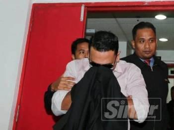 Mohd Izwan yang dibawa keluar dari pekarangan mahkamah.
