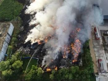 Operasi pemadaman kebakaran gudang seluas 1.4 hektar itu giat dijalankan sejak semalam.