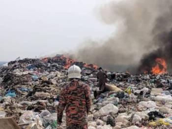 Tapak pelupusan sampah Kampung Air Putih Pekan Nanas yang terbakar Sabtu lalu.