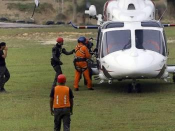 Sebuah helikopter dari Unit Udara PDRM digunakan untuk membawa mayat warga remaja perempuan warga Ireland Nora Anne Quoirin, 15, yang ditemukan mati ke Hospital Tuanku Jaafar untuk dibedah siasat, hari ini.- Foto BERNAMA