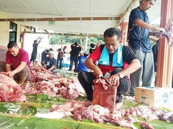 Seramai 3,200 ketua isi rumah orang asli menerima agihan daging korban sempena Aidiladha tahun ini.