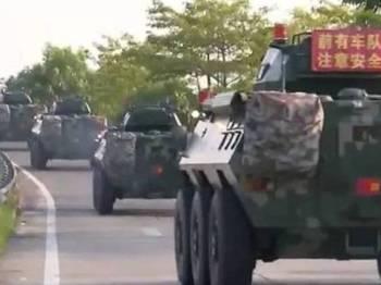 Gambar daripada rakaman video itu menunjukkan sejumlah besar kenderaan perisai menuju ke bandar Shenzhen.