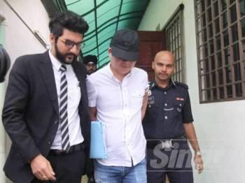 U Gene dibawa keluar dari Mahkamah Majistret Ipoh selepas selesai prosiding pendakwaan atas kesalahan memperdayakan Seng Hee hingga menyebabkan kerugian RM440,000 hari ini.
