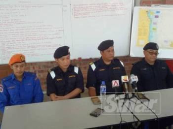 Haris Fadzillah (duduk, tiga dari kiri) pada sidang akhbar di Pangkalan Hadapan Carilamat Jeti Penyabong Mersing hari ini.