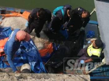 Mayat wanita yang ditemui tiba di Jeti Zon Maritim Kemaman kira-kira kam 4.45 petang tadi.