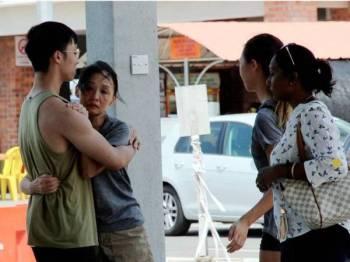 Sebahagian daripada ahli keluarga dua warga Singapura yang hilang ketika berkayak di perairan Endau dekat Mersing, Khamis lepas berada di Pengkalan Hadapan Carilamat (PHC), Jeti Penyabong, Mersing, untuk mendapatkan maklumat terkini mengenai operasi mencari dan menyelamat (SAR) mangsa yang hilang. - Foto Bernama