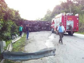 Treler terbalik di Jalan Gua Musang - Kuala Krai mengakibatkan pengguna laluan di kedua-dua arah terkandas lebih 1km.