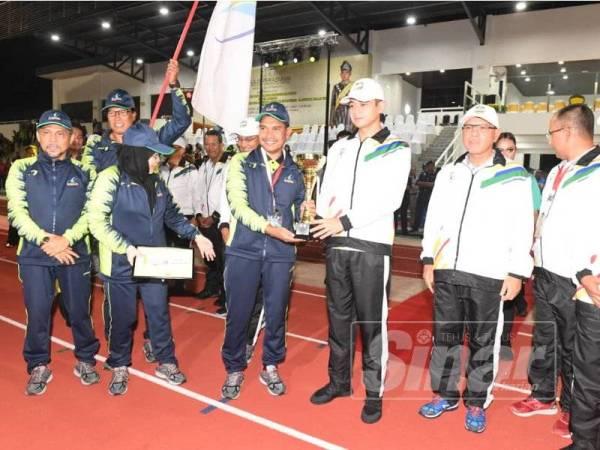 Tengku Hassanal mencemar duli merasmikan temasya pembukaan Sukan PBT Negeri Pahang Kali Kelapan.