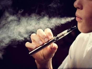 Puluhan orang terutamanya remaja di Amerika Syarikat dimasukkan ke hospital akibat kecederaan paru-paru sejak beberapa minggu lalu selepas menghisap vape. - Gambar hiasan
