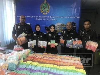 Beberapa pegawai Maqis Pulau Pinang menunjukkan 440 paket makanan haiwan tanpa permit yang dirampas semalam.