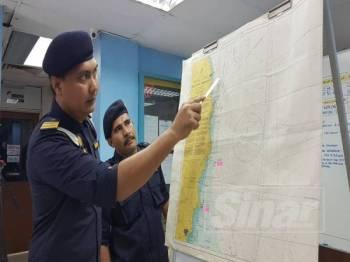 Rashidilhadi menunjukkan kedudukan mayat disyaki seorang lagi peserta kayak yang masih hilang yang dilihat nelayan tempatan pada sidang media di Pejabat Zon Maritim Kemaman hari ini.