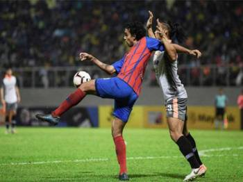 Pemain Johor Darul Ta'zim (JDT) Diogo Luis Santo (kiri) mengawal bola ketika bertemu pasukan Perbadanan Kemajuan Negeri Perak (PKNP) FC pada saingan Piala Malaysia 2019 di Stadium Majlis Perbandaran Manjung malam tadi. - Foto Bernama