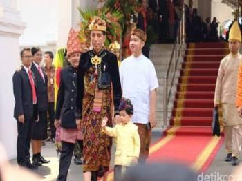 Presiden Jokowi bersama anak lelaki beliau, Gibran Rakabuming dan cucunya, Jan Ethes Srinarendra berpakaian tradisional ketika menghadiri upacara proklamasi Kemerdekaan Republik Indonesia ke-74 di Istana Merdeka, Jakarta hari ini.