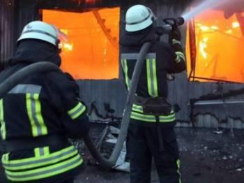 Anggota bomba memadamkan kebakaran di Hotel Tokyo Star, Ukraine. - Foto Reuters
