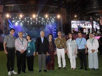 Perdana Menteri Tun Dr Mahathir Mohamad bersama isteri Tun Dr Siti Hasmah Mohd Ali bergambar kenangan selepas merasmikan Majlis Ulang Tahun Petronas Ke-45 dan Ulang Tahun Menara Berkembar Petronas Ke-20 di Kuala Lumpur City Centre (KLCC) hari ini. Foto: Bernama