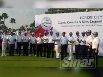 Sahruddin (tengah) ketika menyempurnakan Majlis Pelancaran Padang Golf Klasik Forest City di Padang Golf Klasik Forest City.
