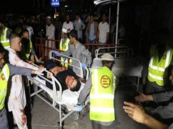 Pekerja kecemasan Afghanistan membawa mangsa cedera ke dalam hospital. - Foto EPA