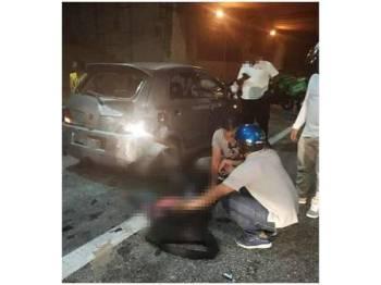 Mangsa maut selepas motosikal ditunggangnya terbabas melanggar kereta di lorong kecemasan di Kilometer 38, Lebuh Raya Shah Alam, Subang Jaya, awal pagi tadi. - Foto IHSAN PEMBACA