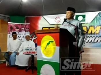 Ahmad Zahid sedang berucap di Ceramah Penyatuan Ummah di Balik Pulau malam tadi.