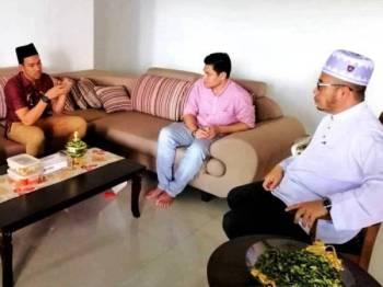Dr Mohd Asri (kanan) ketika menerima kunjungan Muzammil (kiri) di pejabatnya, semalam. - Foto: FACEBOOK DRMAZA.COM