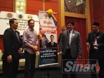 Anwar (dua dari kiri) ketika merasmikan Konvensyen Motivator Profesional hari ini.