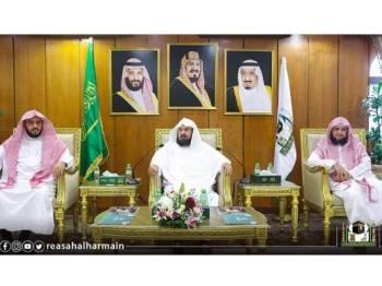 As-Sudais (tengah) mengecam keras serangan pengganas terhadap lapangan minyak di timur Arab Saudi.