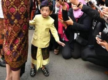 Kasut dipakai cucu Jokowi, Jan Ethes berharga RM1598.38.