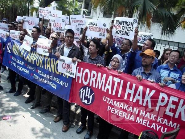 Sebahagian kakitangan Utusan Malaysia mengadakan piket secara aman menuntut bayaran gaji tertunggak di hadapan ibu pejabat Utusan di Jalan Chow Sow Lin, Kuala Lumpur. - Foto ZAHID IZZANI