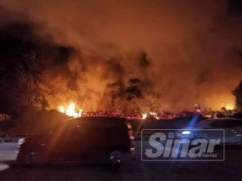 Kebakaran yang berlaku di kawasan hutan berhampiran Taman Scientex Pasir Gudang di sini semalam.