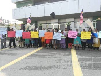 Penduduk yang telah berada di hadapan Wisma Pahang seawal jam 9.45 pagi mengharapkan agar kerajaan negeri mampu menyediakan rumah mampu milik di Cameron Highlands.