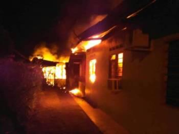 Api marak membakar bangunan Tabika Kemas Kampung Parit Pasir Pekan Nanas malam tadi.