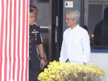 Yew Yin (kanan) dilihat berada di hadapan Balai Polis Jelapang bersama Ketua Polis Balai Jelapang, Inspektor Rashidi Othman.