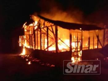 Api sedang marak membakar dua buah rumah di Kampung Parit Pasir Pekan Nanas malam tadi.