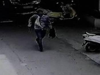 Rakaman CCTV menunjukkan suspek membawa kepala isterinya yang dipenggal. - Foto ANI