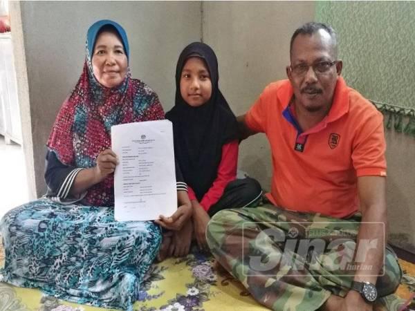 Nurul Husna bersama ibu dan bapa angkatnya.