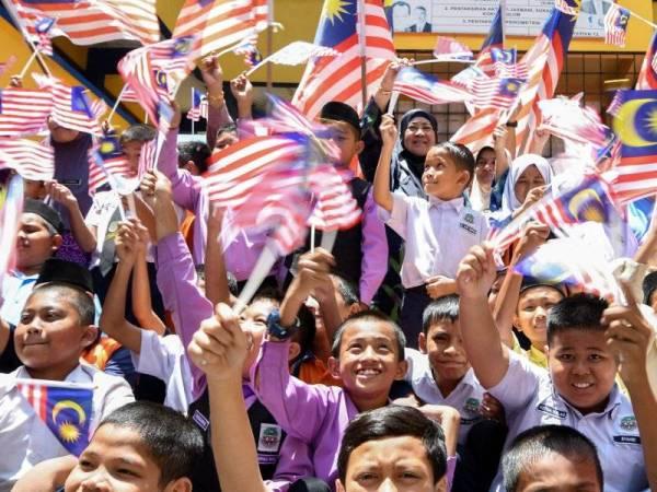 Murid-murid Sekolah Kebangsaan Kampong Tengah melakukan latihan setiap untuk sambutan Hari Kebangsaan yang bertemakan Sayangi Malaysiaku: Malaysia Bersih hujung bulan ini. - Foto Bernama