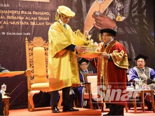 Dr Mohd Rashahidi menyampaikan cenderahati kepada Pemangku Raja Pahang,Tengku Hassanal Ibrahim Alam Shah Al-Sultan Abdullah pada Majlis Konvokesyen Kolej Komuniti Pahang di Bukit Gambang Resort di sini hari ini.