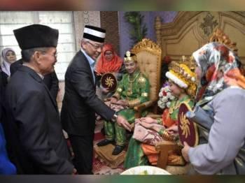 Yang di-Pertuan Agong Al-Sultan Abdullah Ri'ayatuddin Al-Mustafa Billah Shah berkenan mencemar duli mengunjungi rumah ketua kampung yang dimeriahkan dengan persembahan pertunjukkan kebudayaan dan tradisional masyarakat Kampong Ayer semalam sempena Lawatan Negara ke Brunei selama tiga hari bermula Ahad. - Foto Bernama