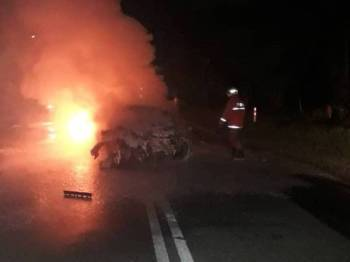 Anggota bomba membantu memadam kebakaran kereta terlibat sebelum mengeluarkan mayat mangsa yang tersepit. - Foto ihsan bomba