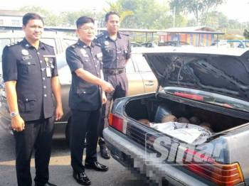 Chee Khoon (tengah) bersama pegawainya menunjukkan barangan dirampas pada sidang media di IPD Sabak Bernam di sini.