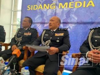 Kamarudin (tengah) ketika berucap pada sidang media di sini hari ini.