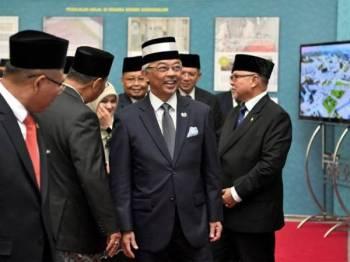 Yang di-Pertuan Agong Al-Sultan Abdullah Ri'ayatuddin Al-Mustafa Billah Shah berkenan melawat pameran khas ketika berangkat ke Majlis Ugama Islam Brunei sempena Lawatan Negara oleh Seri Paduka ke Brunei Darussalam selama tiga hari. - Foto Bernama